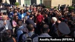 Толпа на улице рядом со зданием суда, где шел процесс над активистами Гражданского движения NIDA, Баку, 2014