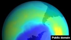 Синим цветом на спутниковом снимке помечен очень тонкий озоновый слой над Антарктидой. Wikipedia. NASA.