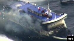 Pamje e anijes Norman Atlantic të përfshirë nga zjarri