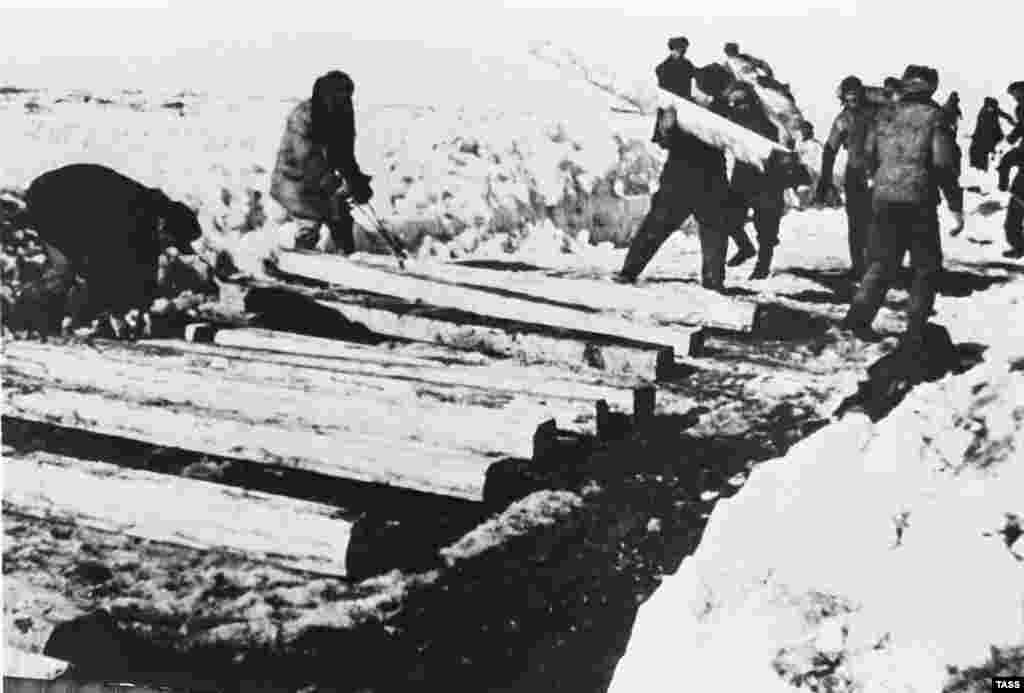 Soviet Gulag prisoners constructing the North Pechora Railway (undated photo).