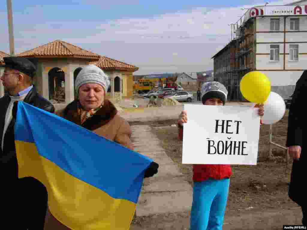 Crimea/Ukraine -- Crimean Tatars on road from Simferopol to Bahchesaray protest referendum on joining Crimea to Russia,