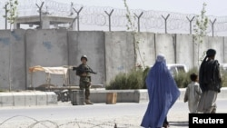 A soldier keeps watch outside Kandahar's main jail. (file photo)