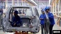 کارخانه ايران خودرو، بيش از ۱۰ هزار کارگر دارد که در سه شيفت مشغول کار هستند.