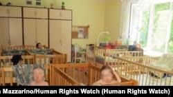 Дети в палате интерната для детей-инвалидов на севере России.