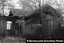 Залишки Троїцької церкви у селі Пустовійтівка на Сумщині, які більше нагадують старий напівзруйнований сарай. (Фото В. Вечерського зроблене у 1987 році)