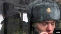 """Оплата мобильных счетов старослужащих стала самой распространенной """"повинностью"""" для новобранцев в российской армии."""