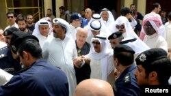Քուվեյթի էմիրը (կենտրոնում) ահաբեկչությունից հետո այցելում է Իմամ Սադեկ մզկիթ, 26-ը հունիսի, 2015թ․