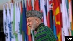 Авганистанскиот претседател Хамид Карзаи пристигнува на големата меѓународна конференција за Авганистан во германскиот град Бон.
