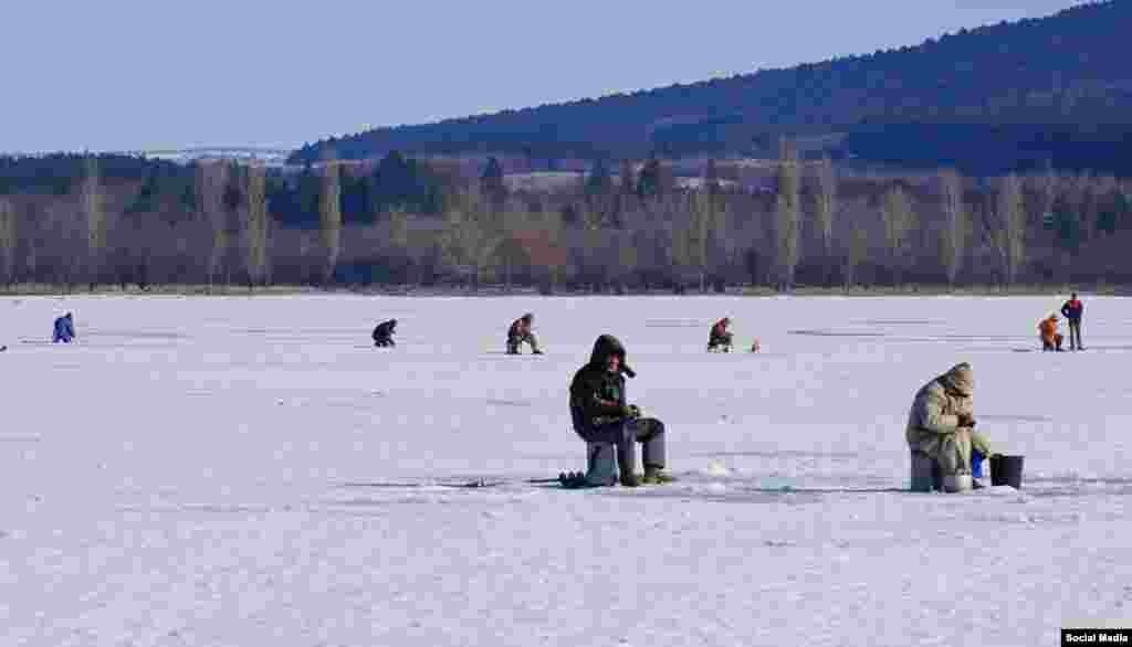 Рыбаки на льду Симферопольского водохранилища, 31 января 2017 года