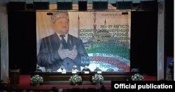 """Участники грозненской конференции """"Кто они - люди сунны и согласия"""" на фоне огромной фотографии Ахмата Кадырова"""