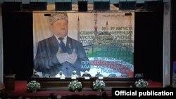 Гигантское фото Ахмата Кадырова на исламской конференции в Грозном