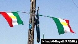 أعلام كردية وتركمانية على عمود كهرباء في كركوك!!