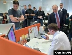 """Владимир Путин в компании """"Яндекс"""", 2017 год"""