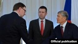 Чехия парламентинин депутаттар палатасынын төрагасы Ян Гамачек (ортодо) жана Кыргызстандын президенти Алмазбек Атамбаев.