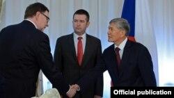Чехия парламентинин депутаттар палатасынын төрагасы Ян Гамачек (ортодо) жана Кыргызстандын президенти Алмазбек Атамбаев. 16-март, 2016-жыл