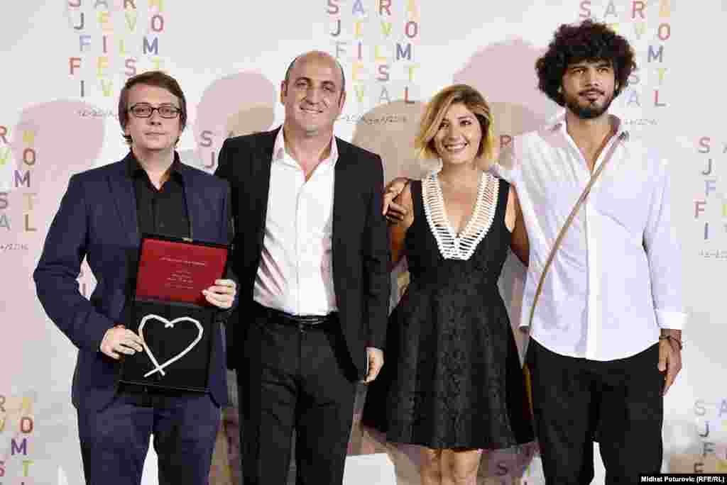 Režiser Mehmet Can Mertoglu (prvi s lijeva) primio je nagradu Srce Sarajeva za najbolji film 22. Sarajevo Film Festivala.