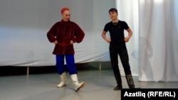 Радик Сабашников улы Илназны биергә өйрәтә