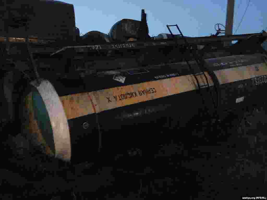 5 мамыр күні кешке қарай Оңтүстік Қазақстан облысындағы Черноводский-Бадам өткеліне жақын маңда 56 вагон тіркеп келе жатқан жүк пойызы апатқа ұшырап, тіркемеден үзілген 26 вагон жол жиегіндегі бағаналарды қиратқан. Аунаған үш цистернадан күкірт қышқылы төгілген. Қауіпті аймақтан мал-жан көшіріліп, теміржолда пойыз қатынасы уақытша тоқтатылды. Суретте:Апатқа ұшыраған жүк пойызының күкірт қышқылы тиелген цистернасы. Ордабасы ауданы, Оңтүстік Қазақстан облысы, 5 мамыр 2014 жыл.