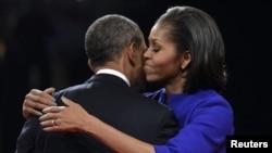 АҚШ президенті Барак Обама дебаттан шыққан соң жұбайы Мишель Обаманы құшақтап тұр. Денвер, 3 қазан 2012 жыл.