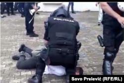 Fotografija prikazuje postupanje policije o kojem je Savjet za građansku kontrolu raspravljao i za koju je ocijenio da je bilo prekoračenja policijskih ovlašćenja