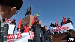 Өмүрбек Текебаевдин жактоочулары Ала-Тоо аянтындагы митингде.