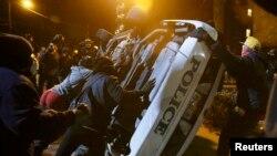 Беспорядки в Фергюсоне были вызваны решением не отдавать белого полицейского под суд за убийство подростка-афроамериканца