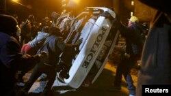 ԱՄՆ - Ցուցարարները շուռ են տալիս ոստիկանության ավտոմեքենան, Ֆերգյուսոն, Միսսուրի, 25-ը նոյեմբերի, 2014թ․