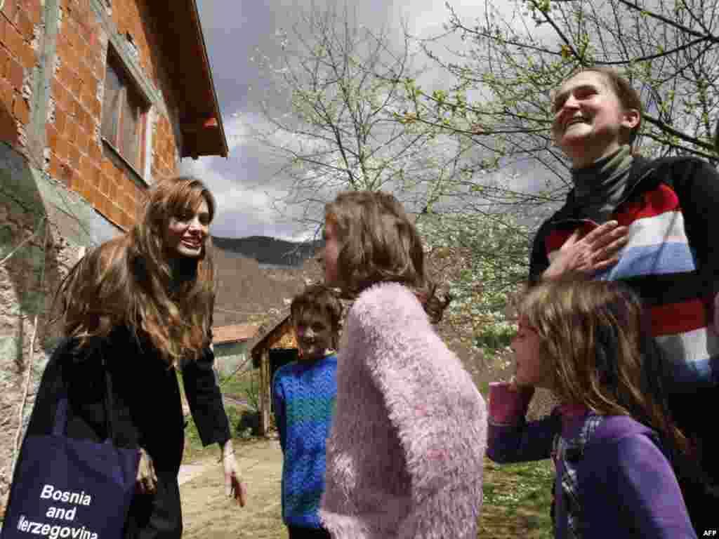 Angelina Jolie u društvu najmlađih, Medjedja, 05.04.2010.