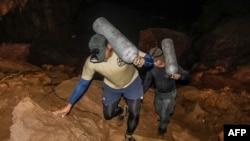 ტაილანდელი მაშველები ჟანგბადის ბალონებით ამარაგებენ გამოქვაბულში ჩარჩენილებს