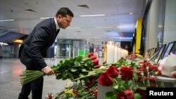 Владимир Зеленский Киев аэропортунда учактын курмандыктарын эскерип жатат