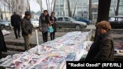 Рӯзномафурӯшӣ дар хиёбони Душанбе. Акс аз соли 2014