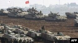 نیروی زمینی ارتش اسرائیل برای حمله احتمالی زمینی به نوار غزه در اطراف این منطقه مستقر شده است. (عکس: AFP)