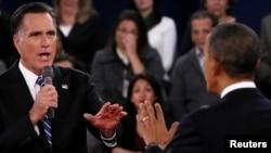 АҚШ президенті Барак Обама (оң жақта) мен республикалық партияның атынан сайлауға түсіп жатқан Митт Ромни (сол жақта) екінші президенттік дебатта пікір айтысып жатыр. АҚШ, Нью-Йорк, 16 қазан 2012 жыл.