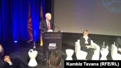 حضور جان مک کین در پایان مناظره