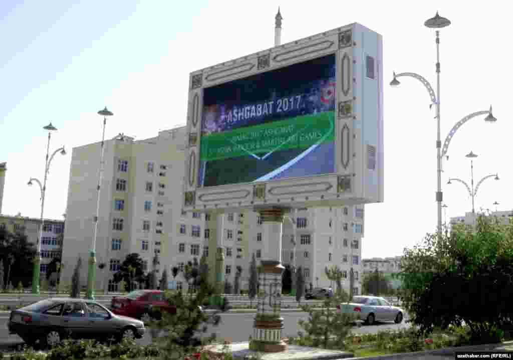 На улицах Ашхабада размещены табло с информацией о предстоящих международных спортивных состязаниях Азиада-2017.