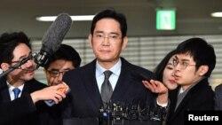 Журналистер Samsung компаниясы вице-президенті Ли Чжэ Енге (ортада) сұрақ қойып тұр. Сеул, 13 ақпан 2017 жыл.