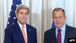 Государственный секретарь США Джон Керри (слева) и министр иностранных дел России Сергей Лавров на одной из предыдущих встреч. Женева, 26 августа 2016 года.