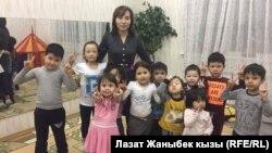 Нургуль Эндешова с воспитанниками детсада.