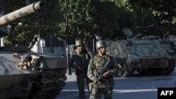 Солдаты патрулируют улицы Туниса, 16 января 2011