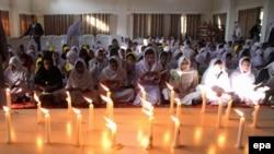 Церемония поминовения жертв нападения на школу в городе Пешавар. Пакистан, 17 декабря 2014 года.
