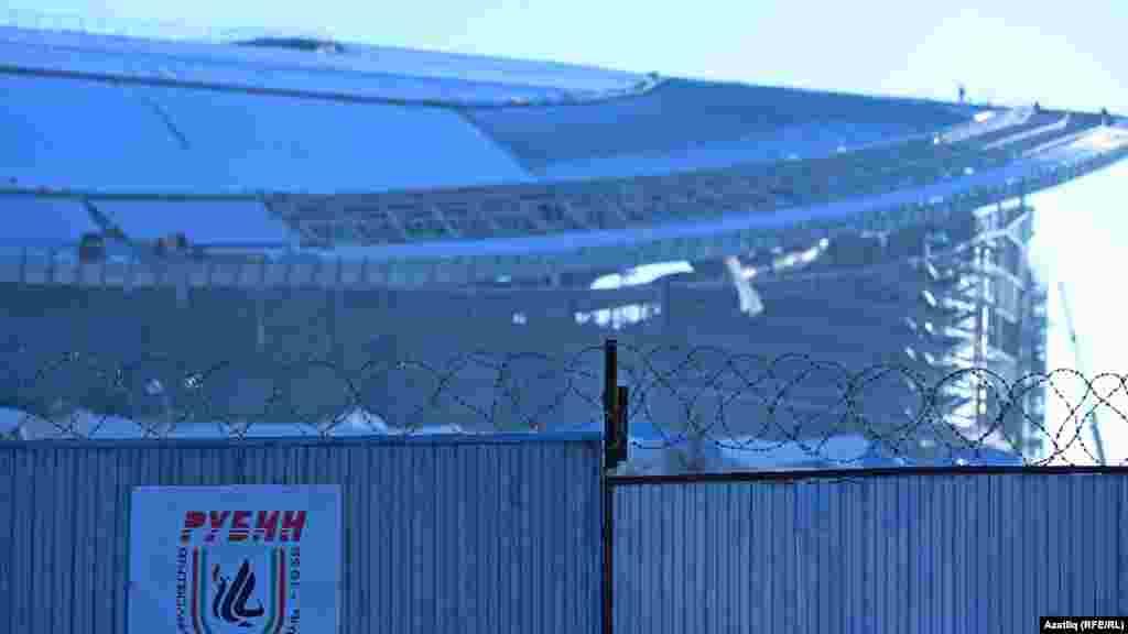 Стадионның төньягы тимер чыбык белән әйләндереп алынган