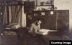 Ofițer român citind în camera sa la Dänholm-Stralsund (Foto: Expoziția Marele Război, 1914-1918, Muzeul Național de Istorie a României)