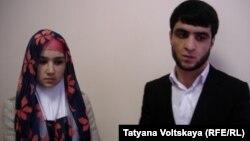 Зарина Юнусова и Рустам Назаров, родители умершего Умарали, в Петербургском суде