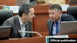 Канатбек Исаев менен Өмүрбек Бабанов Жогорку Кеңеште. 9-ноябрь, 2016-жыл