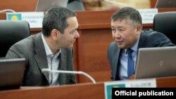 Омурбек Бабанов и Канат Исаев на заседании Жогорку Кенеша, 9 ноября 2016 года.
