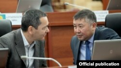 Омурбек Бабанов и Канат Исаев на заседании Жогорку Кенеша, 9 ноября 2016 г.