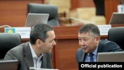 Qirg'iziston prezidentligiga nomzod O'murbek Babanov (chapda) va Qanatbek Isaev parlament yig'ilishida.