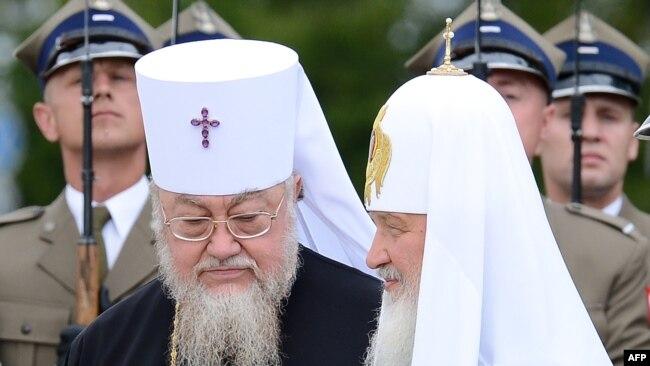 Московський патріарх Кирило (праворуч) і глава Польської православної церкви, митрополит Савва. Варшава, 16 серпня 2012 року