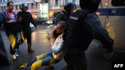 """Riot policemen detain an opposition supporter during a protest rally in central Moscow. According to Freedom House, Russia has brought """"a new, alarming level of repression"""" to the post-Soviet space. (file photo)"""