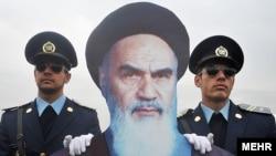 В Ірані висміюють недавні урочистості за участі картонної витинанки з фотографією аятоли Хомейні